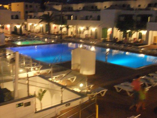 Gloria Izaro Club Hotel: piscina por la noche