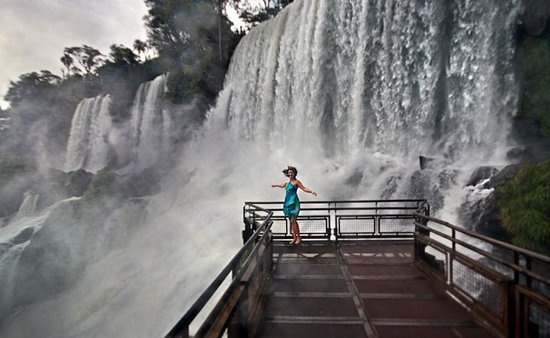 Iguazu Falls: Екатерина Исаева у самого у подножия водопада