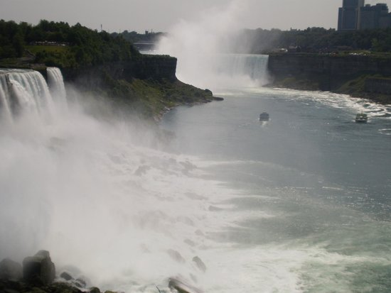 Niagara Falls State Park: Maid of the Mist tour boat heading out to Horseshoe Falls