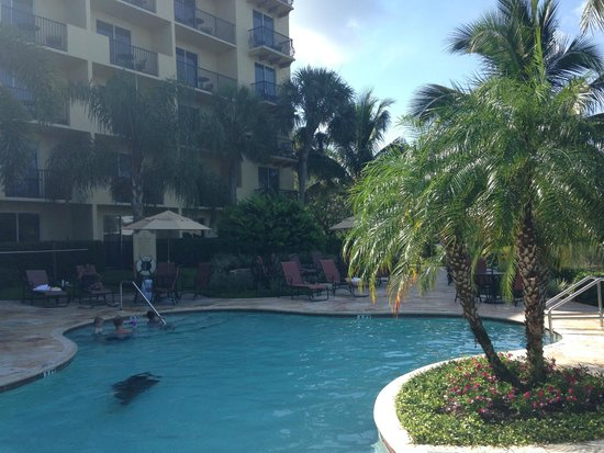Inn at Pelican Bay: Comfy pool and jacuzzi
