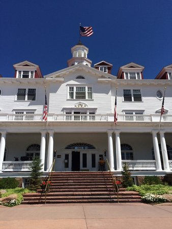 Stanley Hotel: Front of the hotel