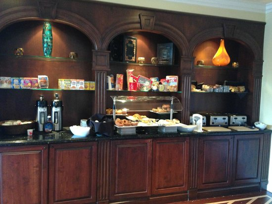 Inn at Pelican Bay: Complementary buffet style breakfast - delicious !
