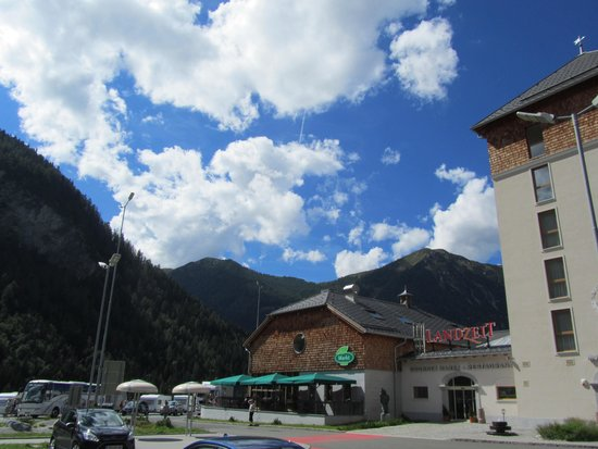 Landzeit: Het restaurant vanaf de parkeerplaats