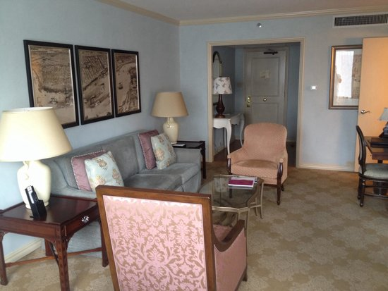 Windsor Court Hotel: King Suite Sitting Area