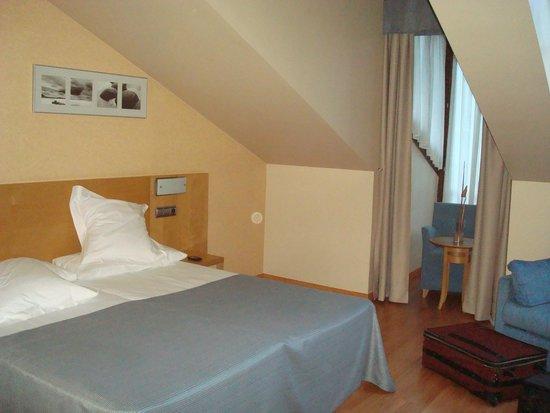 Hotel Blue Marques de San Esteban: Vista de la cama y salida al balcón