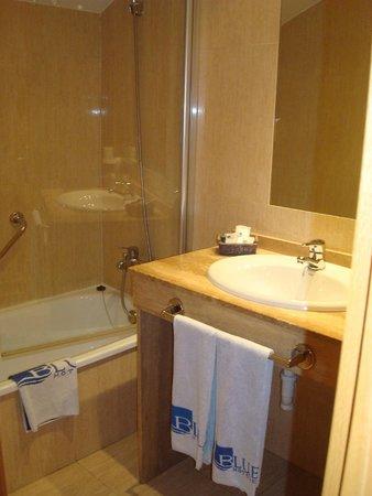 Hotel Blue Marques de San Esteban: Vista de la mesada de baño y ducha