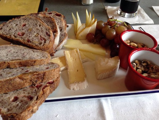 Le Reve Patisserie & Cafe: Three cheese platter