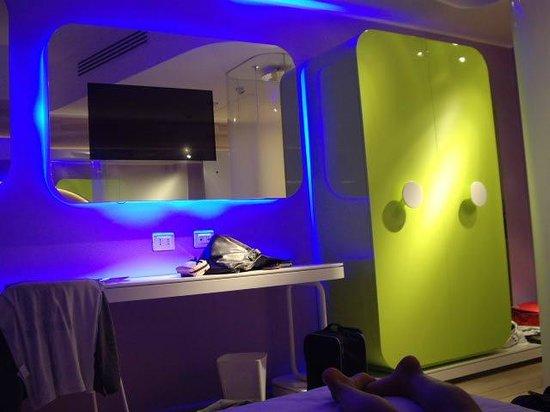 Barcelo Milan: éclairage design, tv dans miroir