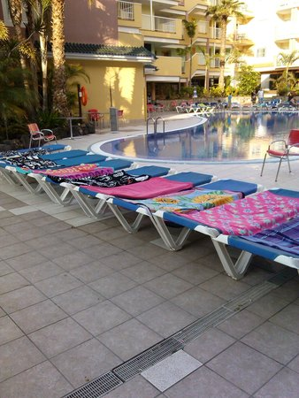 Hotel Costa Caleta : A set of empty beds