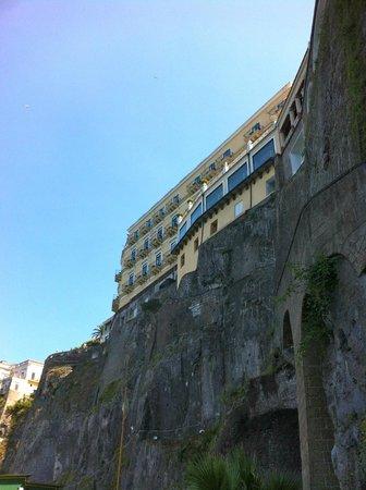 Bellevue Syrene: vue de l'hôtel depuis la plage
