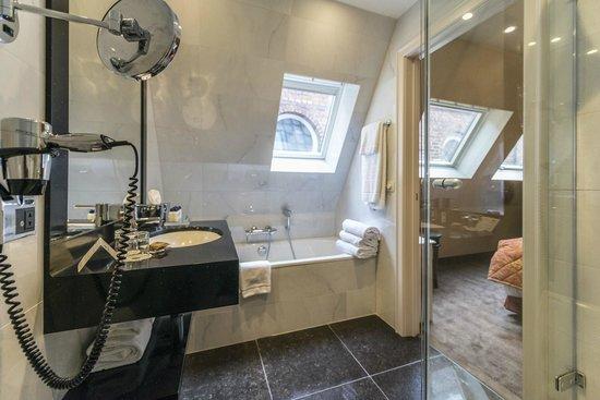 Hotel Dukes' Palace Bruges : Bad mit Dusche und Wanne