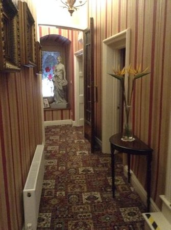Cliffe-Norton Hotel : On the way to the dining room!