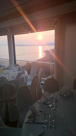 Poseidon Athens Hotel: Sunset at restaurant on 7th floor