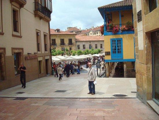 Plaza del Fontán: Llegando a la plaza, al fondo la feria
