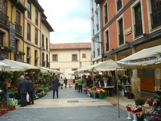 Plaza del Fontán: una callecita lateral a la plaza con puestos de flores