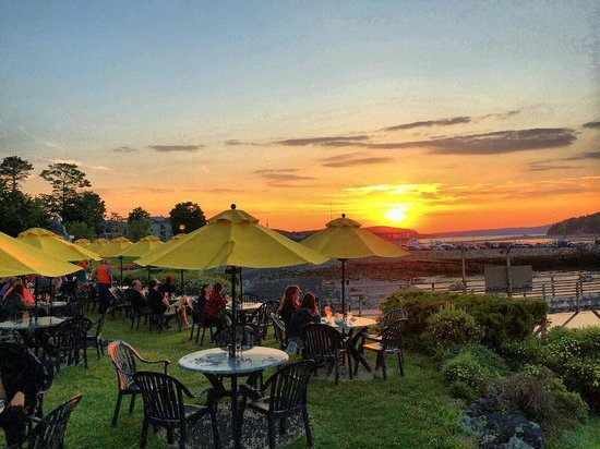 Bar Harbor Inn: View of sunset from the outdoor restaurant tables