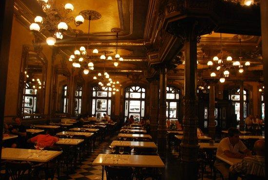 Cafe Iruna: Sólo por conocer el local, vale la pena su visita.