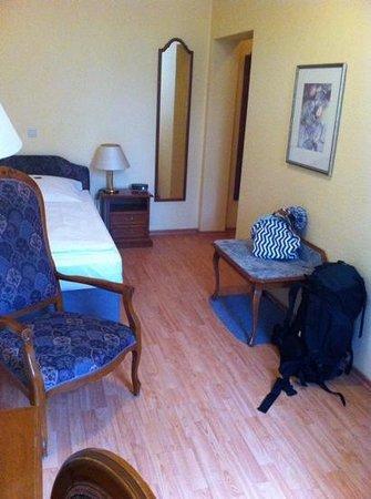 Hotel Larat: 2nd floor corner single