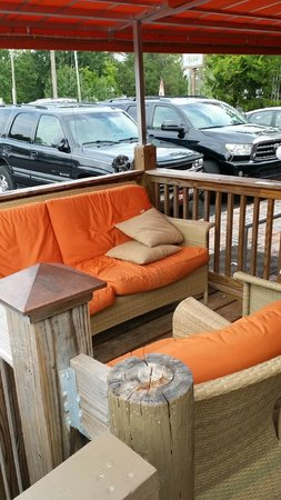 Triple Tails Oyster Bar and Grill: Small, cute outdoor waiting area.