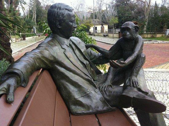 Lisbon Zoo: Escultura alusiva à interacção com os macacos