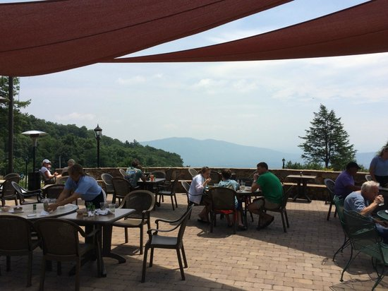 Switzerland Inn: Outdoor Patio with mountain view