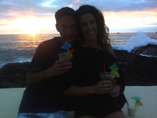 Royal Kona Resort : Out by the pool at Happy-Hour!!