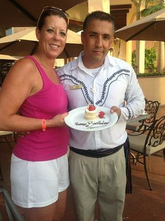 Villa del Arco Beach Resort & Spa Cabo San Lucas : Paul giving me a birthday cake and they sang happy birthday!