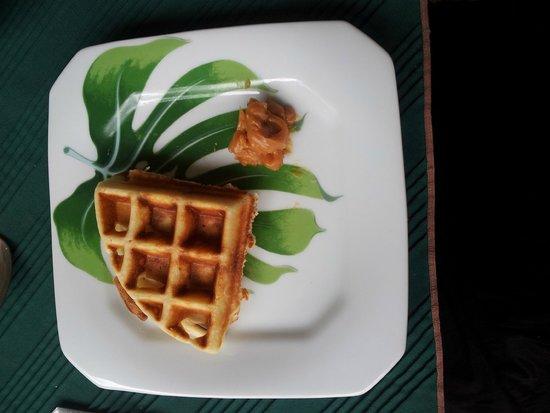 Pousada Quinta dos Passaros: Waffle feito na hora no café-da-manhã