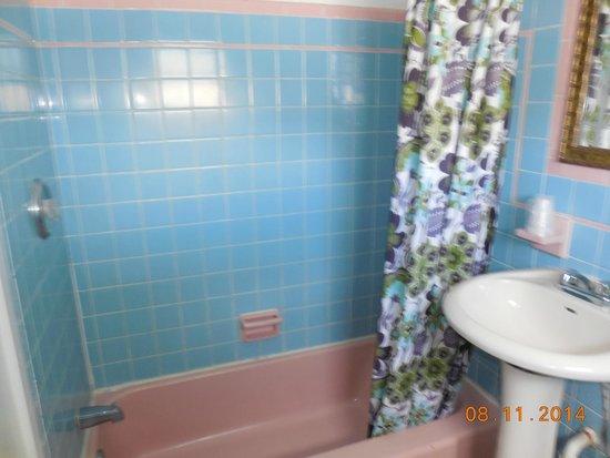 Sea Foam Motel: pretty classic tile bathroom