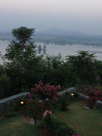 فيفانتا باي تاج - دال فيو سريناجار: morning view from room
