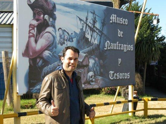 Museo de los Naufragios y Tesoros : Carlos na entrada do Museu