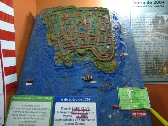 Museo de los Naufragios y Tesoros: Maqueta de colonia colonial sofrendo ataque de barcos