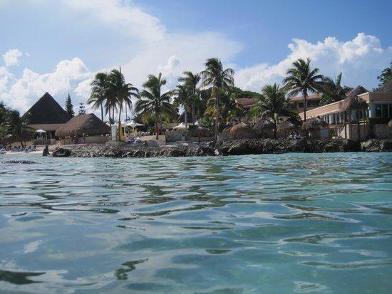 Omni Puerto Aventuras Beach Resort: Hotel view from the beach