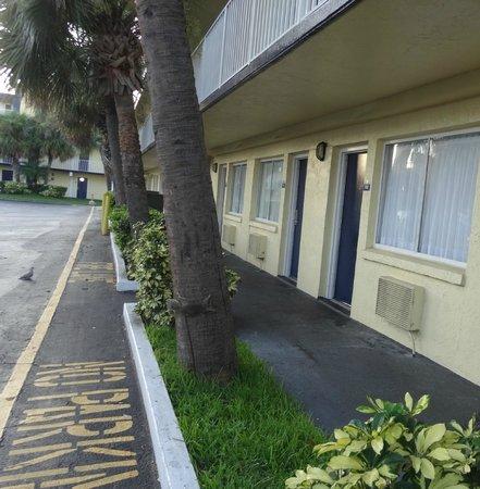 Days Inn Cocoa Beach Port Canaveral: Corredor térreo.