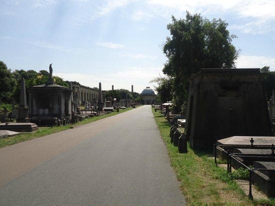 Brompton Cemetery: Pathway