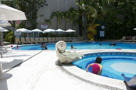 Sands Acapulco Hotel & Bungalows: Un rato de alberca