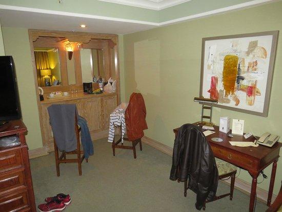 Regal Pacific Hotel: Quarto - Frigobar e mesa para trabalho