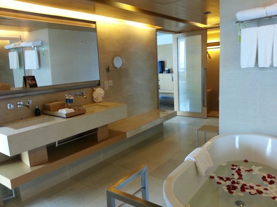 Pathumwan Princess Hotel: Suite 2606 bathroom