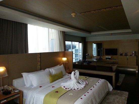 Pathumwan Princess Hotel: Honeymoon set up - Corner suite