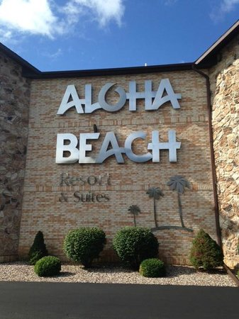 Outdoor Pool And Green Space Picture Of Aloha Beach Resort Amp Suites Wisconsin Dells Tripadvisor
