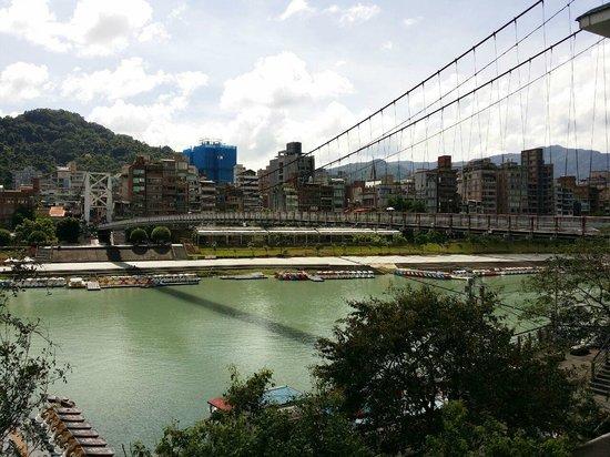 Bitan Hotel Taipei: Pedestrian bridge