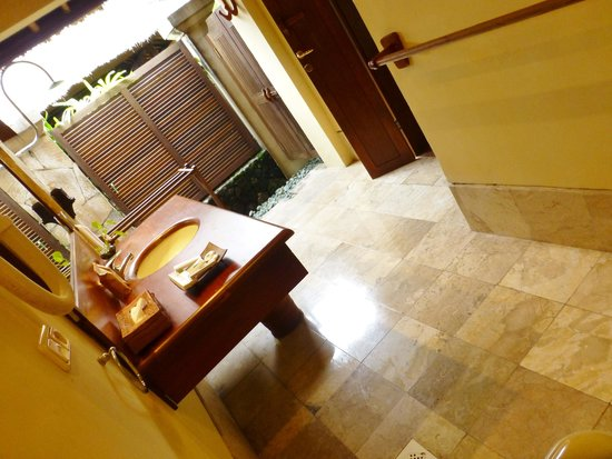 Mimpi Resort Menjangan: bathroom to outside shower