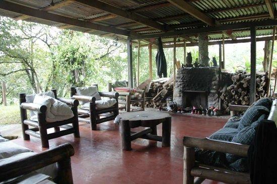 Posada Cielo Roto: area de descanso frente al hogar