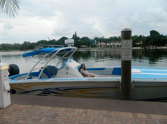 Miami Beach Resort and Spa: Lago em frente ao hotel