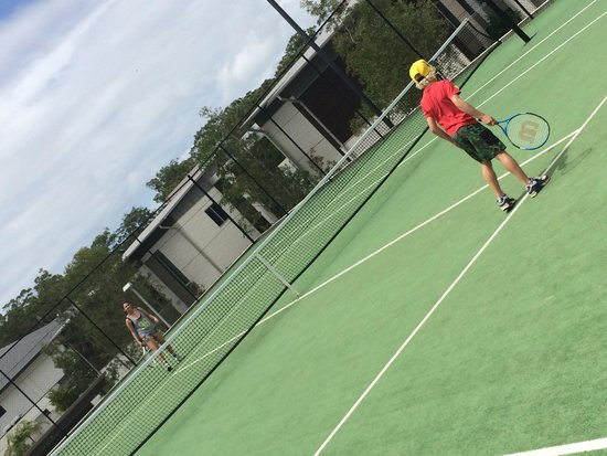 RACV Noosa Resort: Kids having a hit on the courts