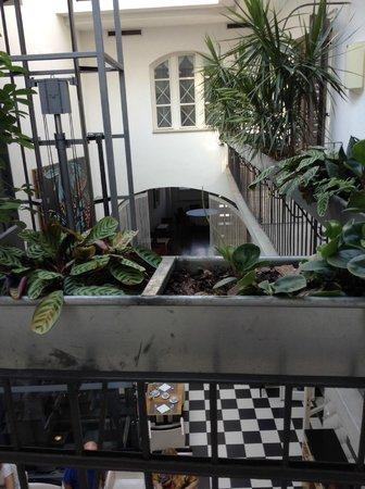 art'otel budapest: Vista al patio exterior zona de desayuno