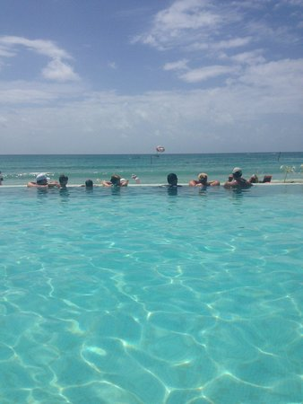 Now Jade Riviera Cancun: infinity pool