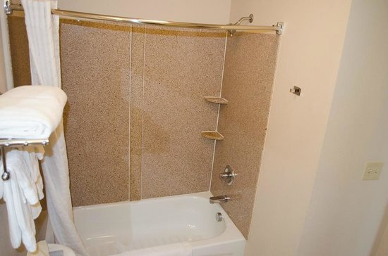 Candlewood Suites Meridian Business Center: Bath and shower
