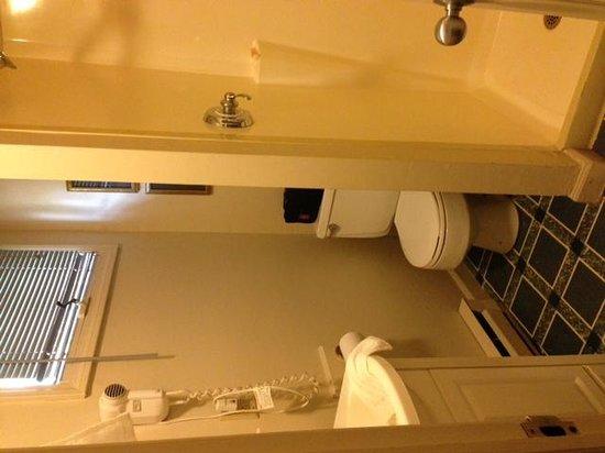 Americas Best Value Inn-Stonington/Mystic : Smaller than a closet