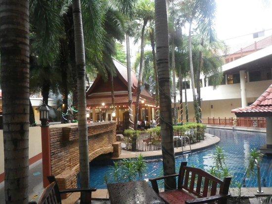 Baumanburi Hotel : Looking towards massage hut in the background